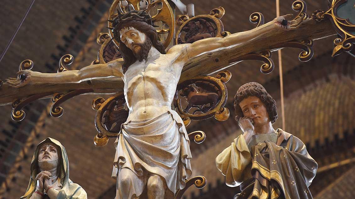 Das Triumph-Kreuz über dem Altar von Sint Jozef. | Foto: Michael Bönte
