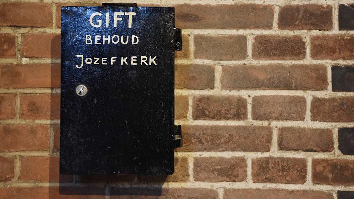 Spendenkasten für den Erhalte der Kirche in der Vorhalle von Sint Jozef. | Foto: Michael Bönte