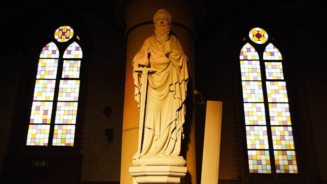 Paulus-Statue im Hauptschiff der Kirche. | Foto: Michael Bönte