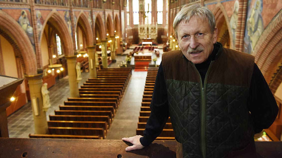 John Schiffel steht auf der Orgelbühne von Sint Jozef