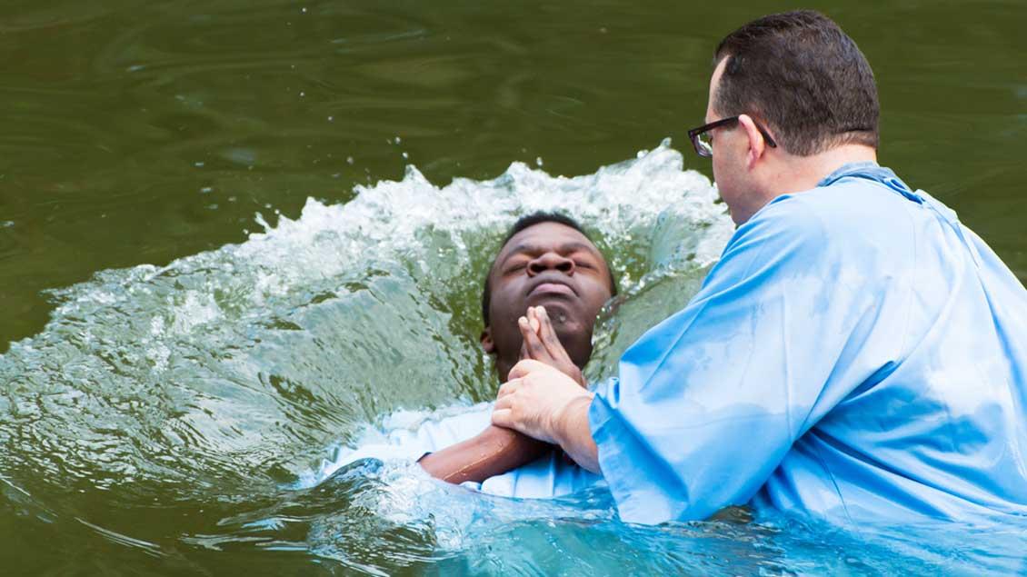 Eine Taufe im Jordan.