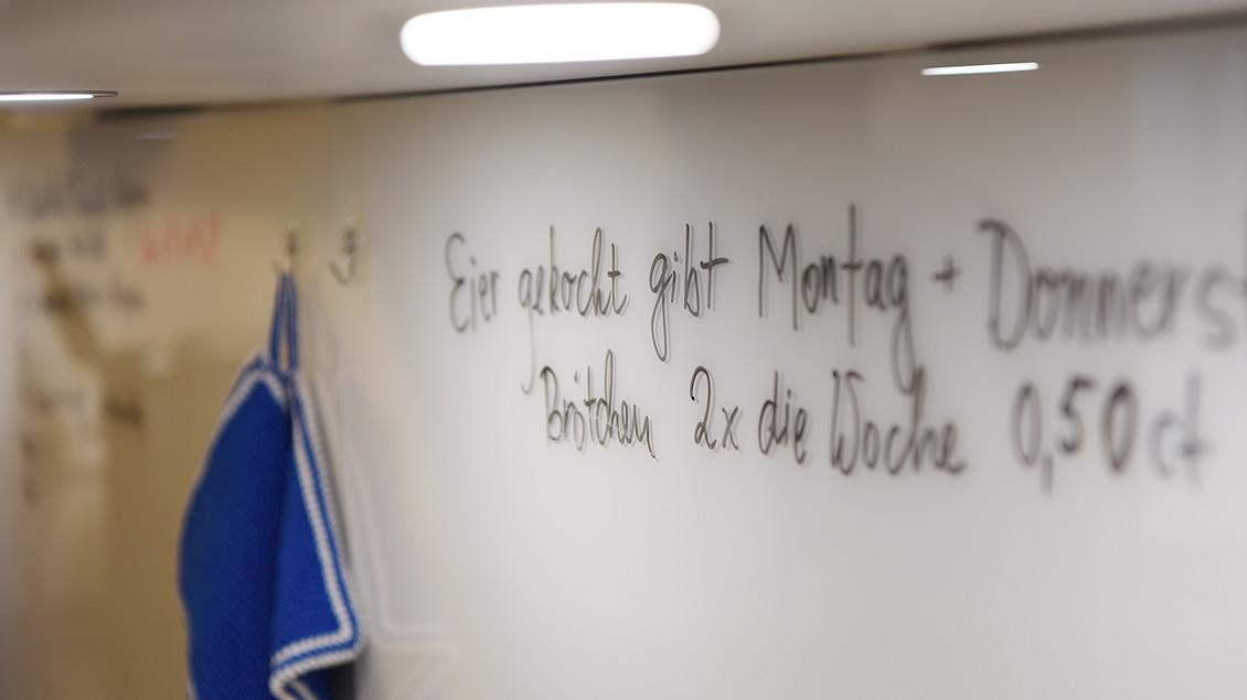 Kaffee-Angebot per Filz-Stift an der Küchenwand. | Foto: Michael Bönte