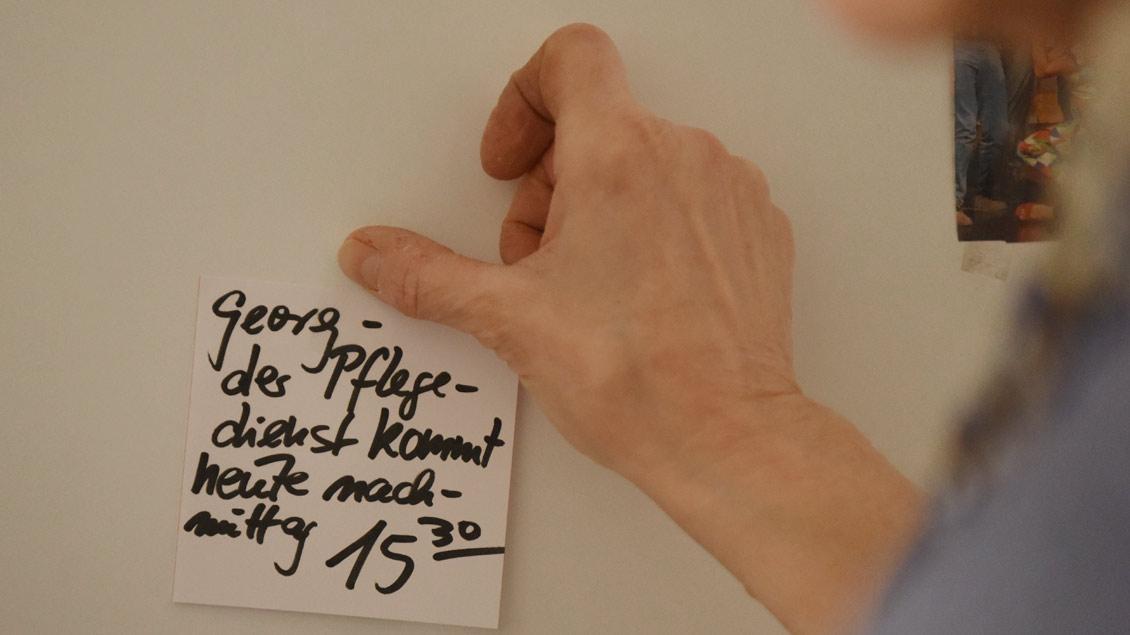 Auch von den Sozialarbeitern gibt es Informationen per Post-it. | Foto: Michael Bönte