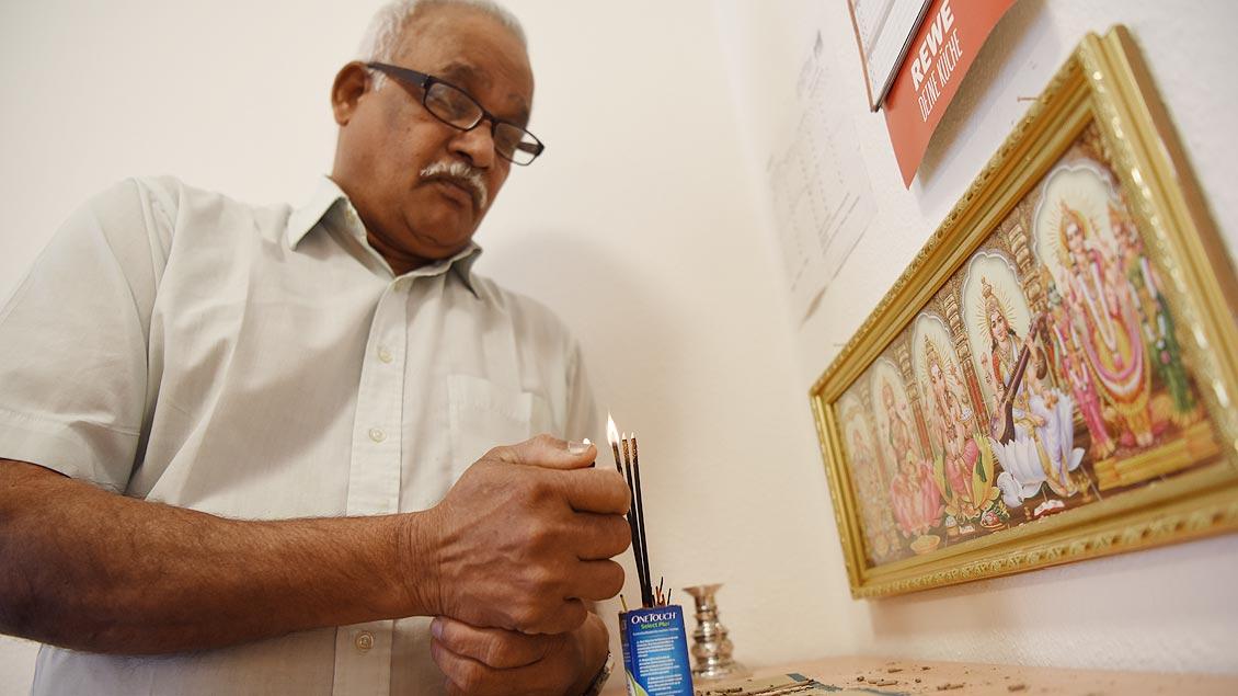 ieter Kaththlingam Vinayagamoorthy hat in seinem Apartment einen Hindu-Altar aufgestellt. | Foto: Michael Bönte