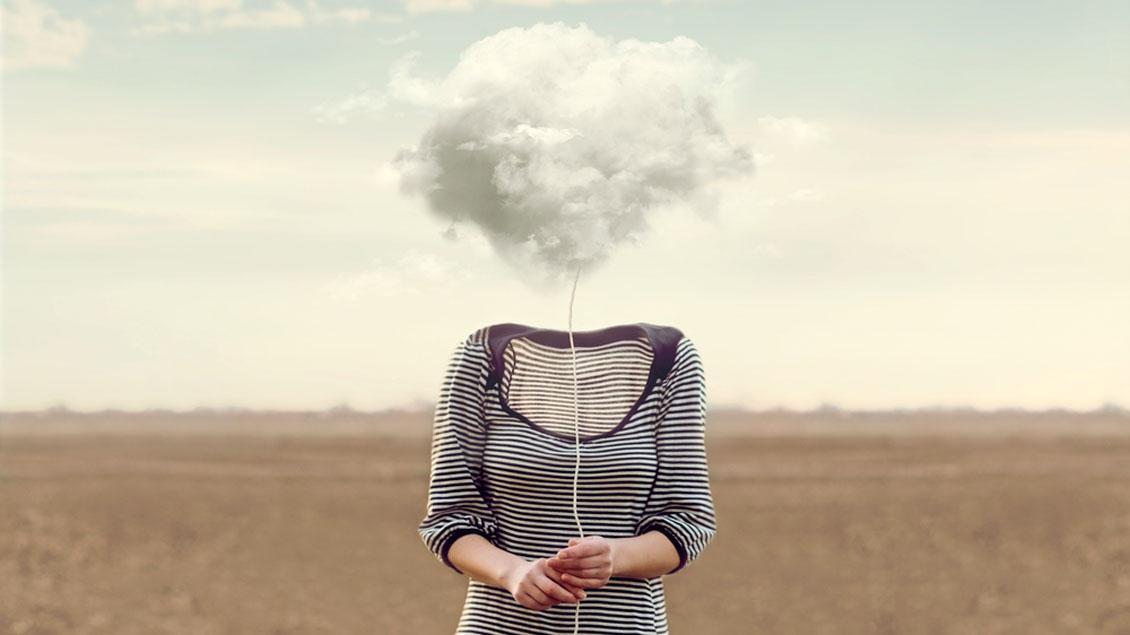 Ein Körper ohne Kopf. An der Stelle halten die Hände eine Wolke an einer Schnur.