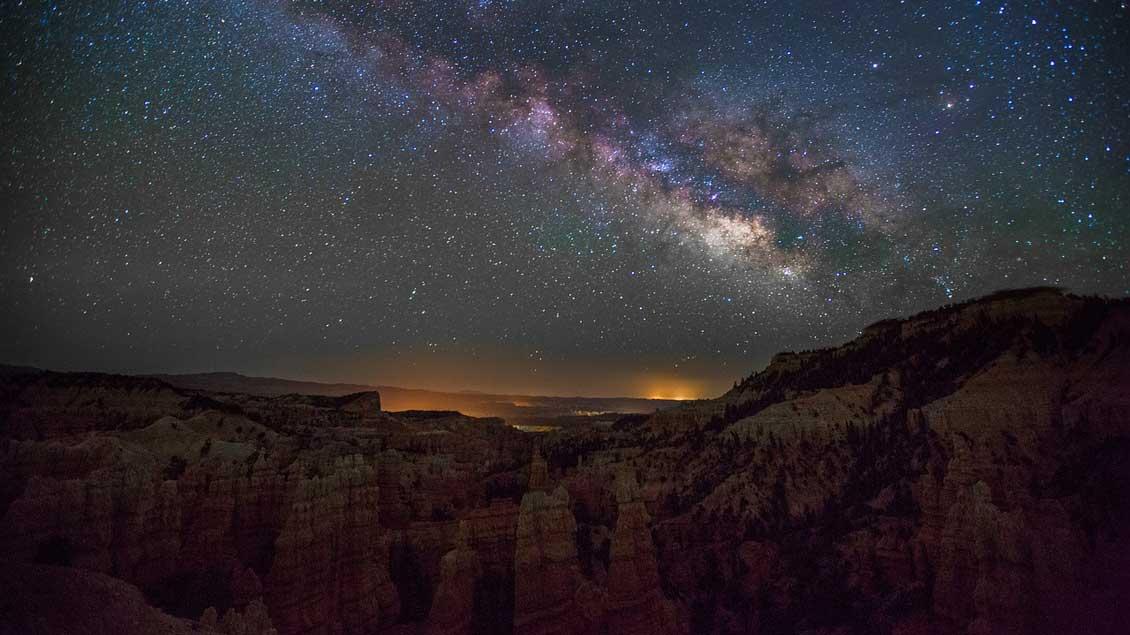 Nächtlicher Sternenhimmel im Gebirge