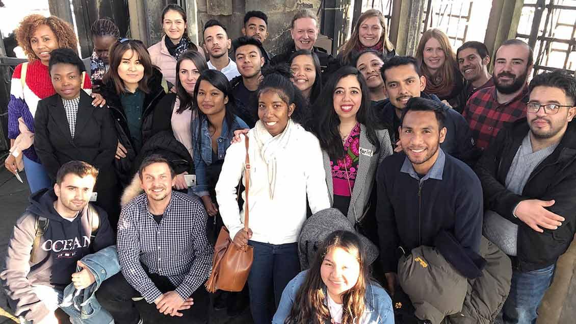 25 junge Erwachsene aus 20 Ländern auf dem Turm der Lambertikirche