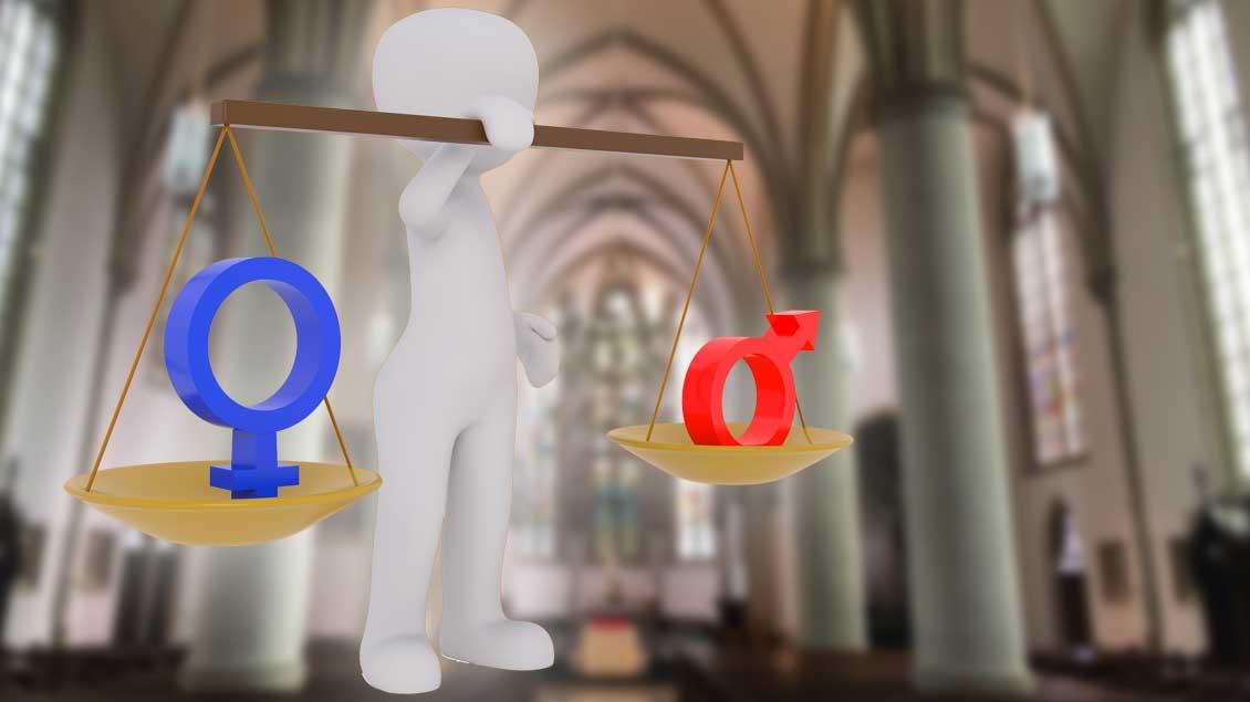 """Eine stilisierte Person hält eine Wage in der Hand: In der einen Wagschale ist das Symbol für """"weiblich"""", auf der anderen das Symbol für """"männlich"""". Im Hintergrund sieht man unscharf einen Kirchenraum."""
