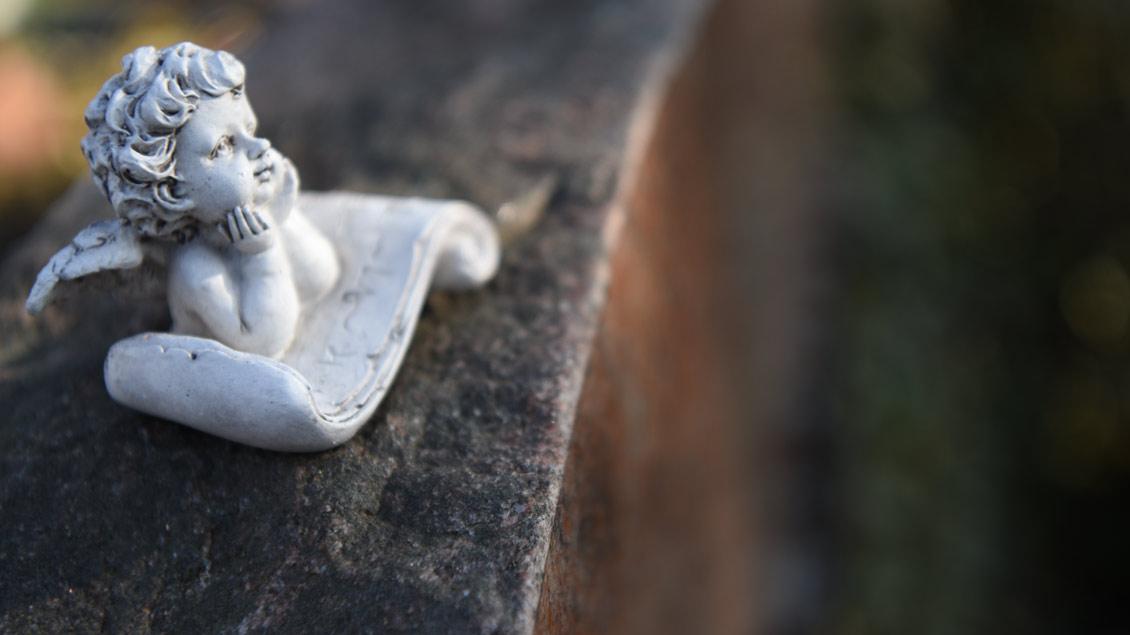 Engels-Figur auf einem Grabstein