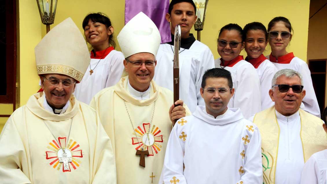 Bischof Felix Genn mit Bischof Johannes Bahlmann nach einem Gottesdienst in der Pfarrei Terra Santa in Brasilien.