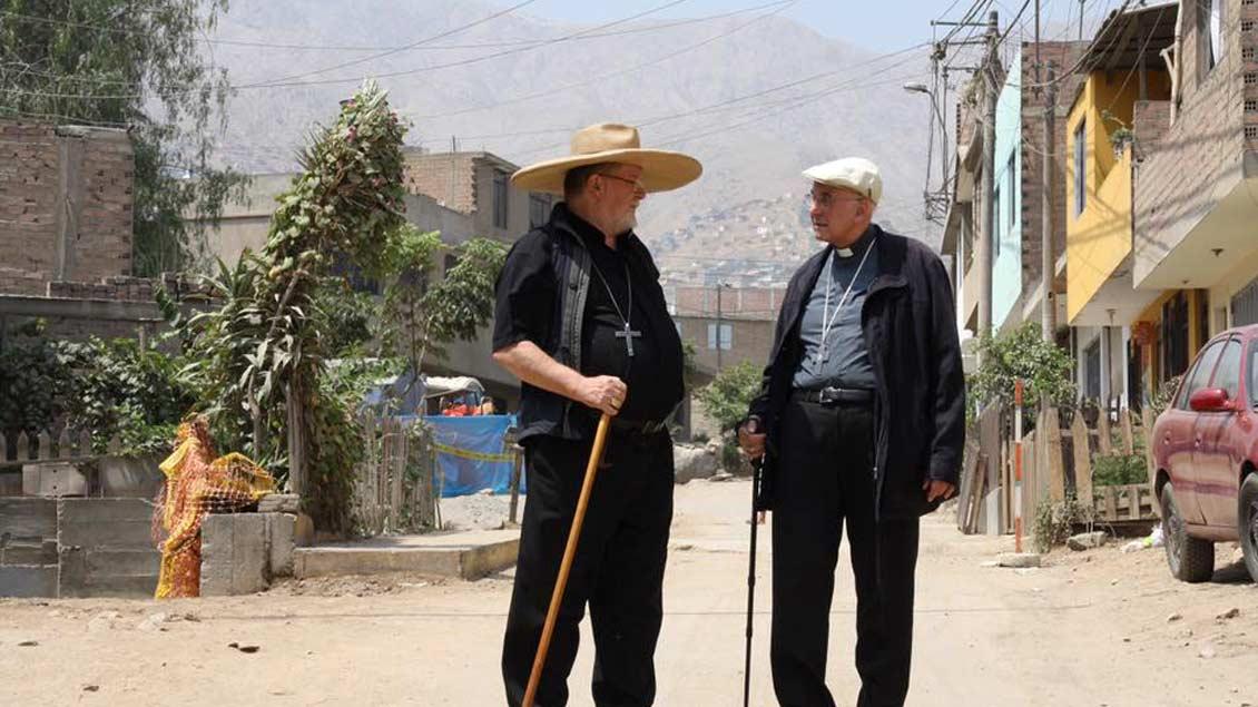 Bischof Strotmann führte seinen Gast aus Münster durch Huaycan, einem der ärmsten Stadtteile von Lima. Bischof Genn bekam dabei einen ersten Eindruck von der Lebenswirklichkeit der Menschen im Osten der peruanischen Hauptstadt.  Fotos: Stephan Kronenburg (pbm)