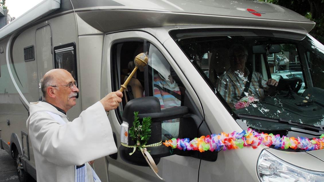 Pater Hans Peters bei der Reisemobilwallfahrt.