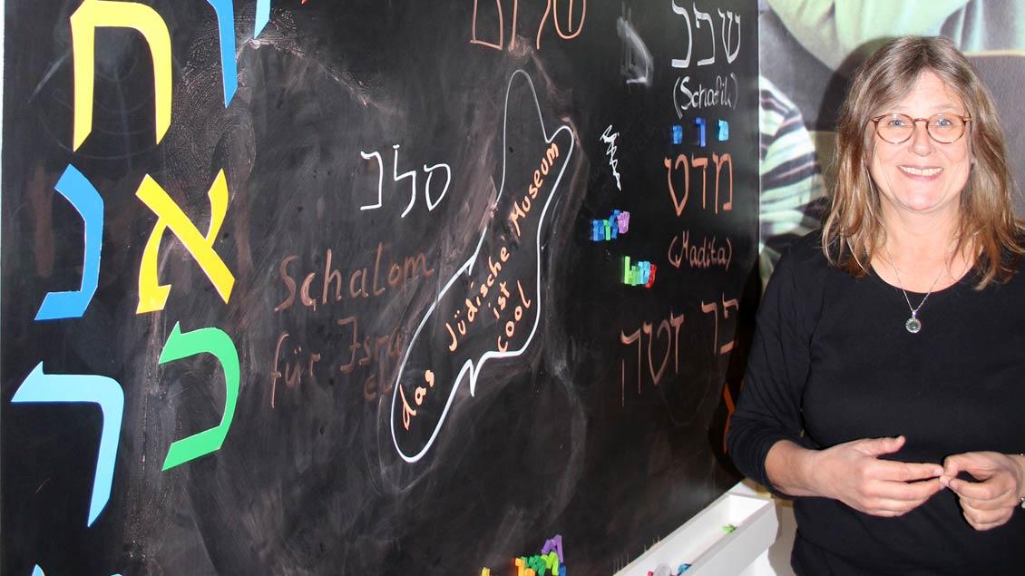 Cordula Lissner leitet kindgerechte Führung durch einen Teil der Ausstellung Foto: Johannes Bernard