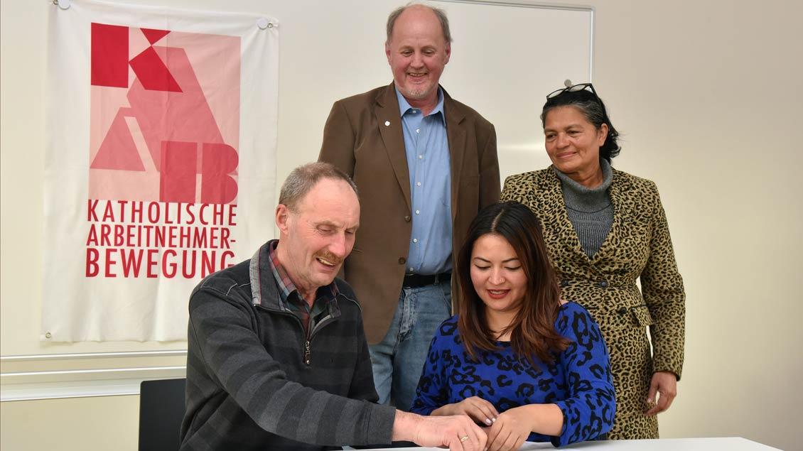 Bei der Vertragsunterzeichnung: Sitzend Johann Wernke und Yeimi Nicole Valeriano, stehend Karl-Heinz Böckmann und Tomasa Dias Chavez.