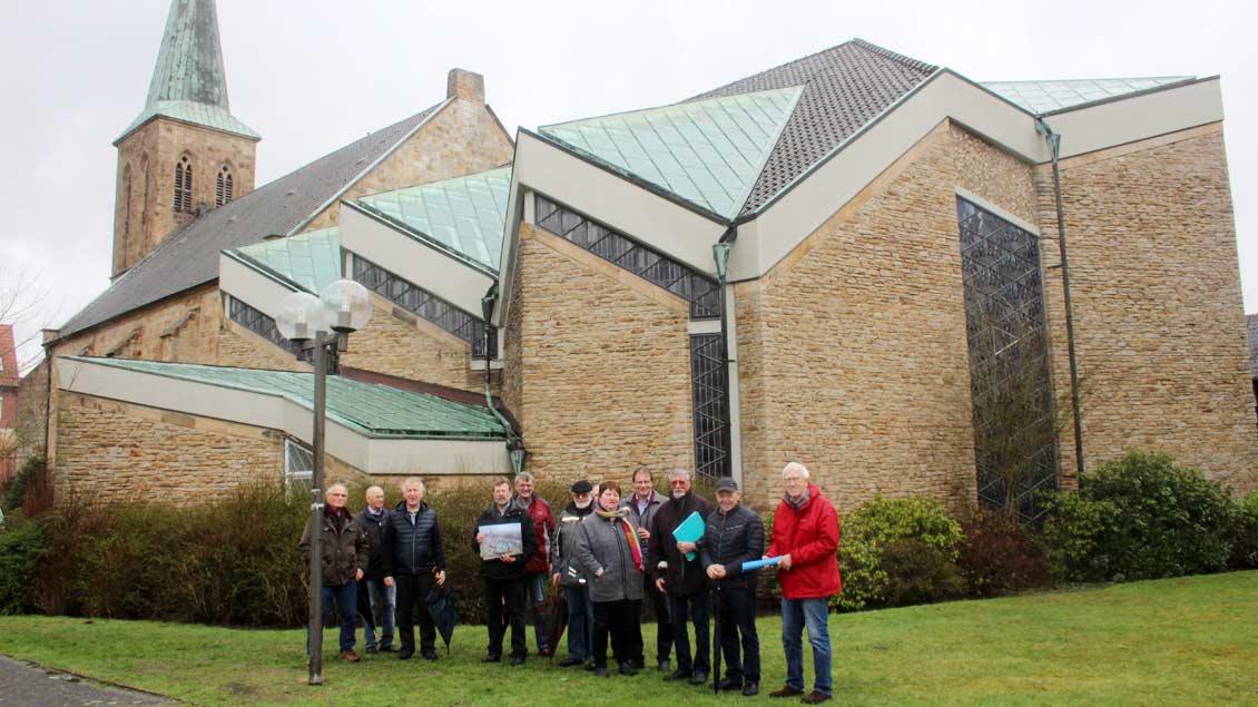 Gemeindemitglieder vor der Kirche in Laggenbeck