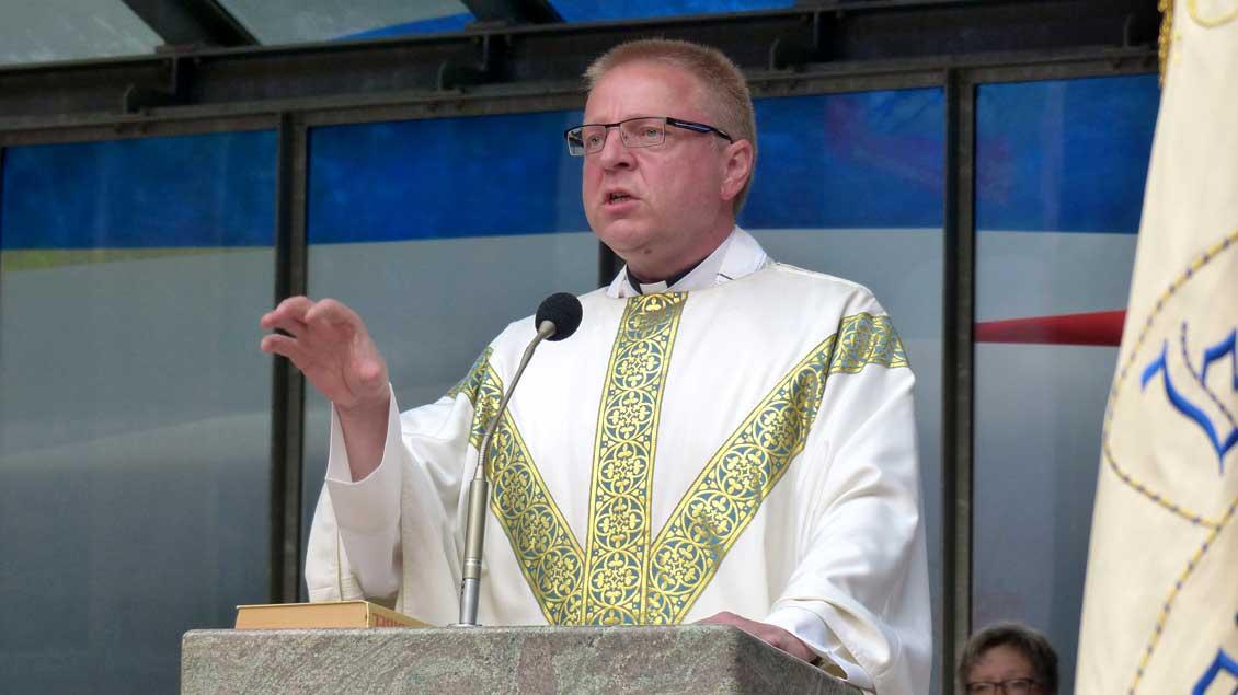 Pfarrer Hermann-Josef Lücker aus Visbek während einer Predigt.