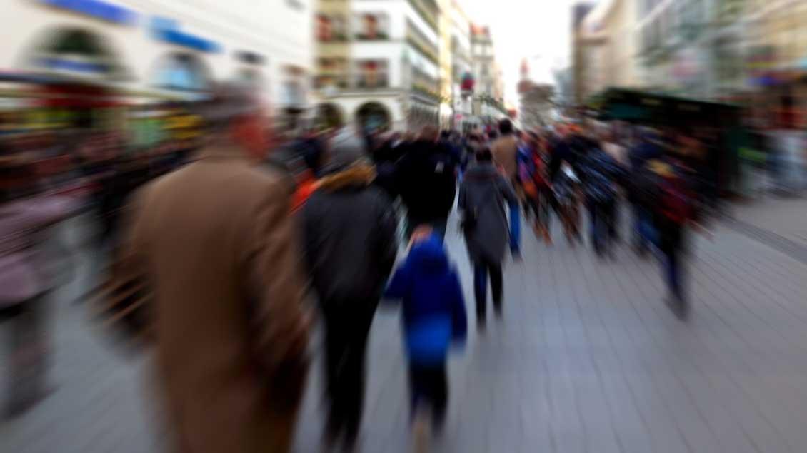 Menschen in einer Fußgängerzone. Foto: pixabay.com