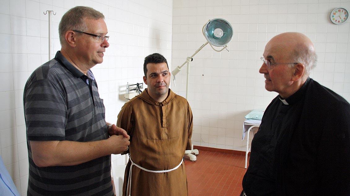 Der aus dem Bistum Münster stammende Bischof Johannes Bahlmann (links) erläutert Bischof Felix Genn die augenblickliche Versorgung der Kranken in Óbidos.