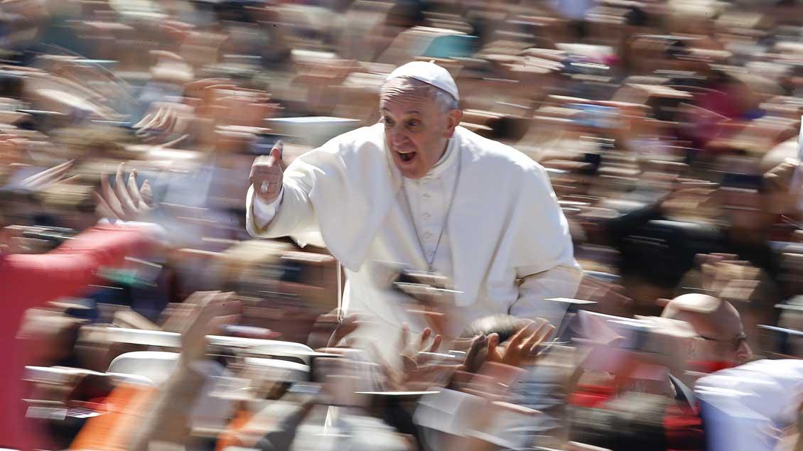 Papst Franziskus signalisiert: Daumen hoch!