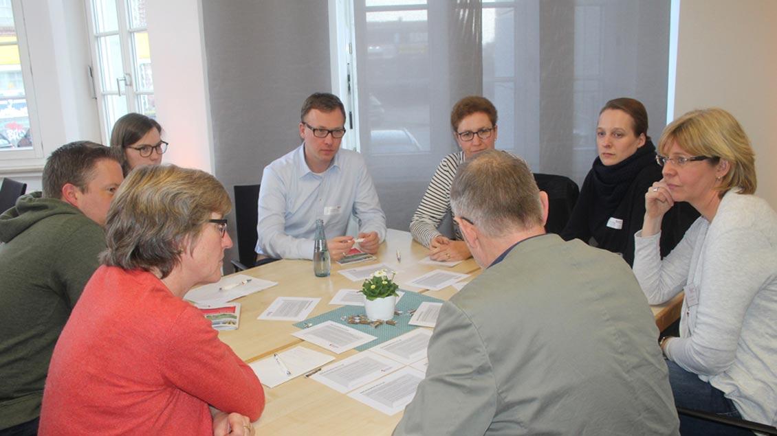 Menschen diskutieren beim Tag der Pfarreiräte in Münster