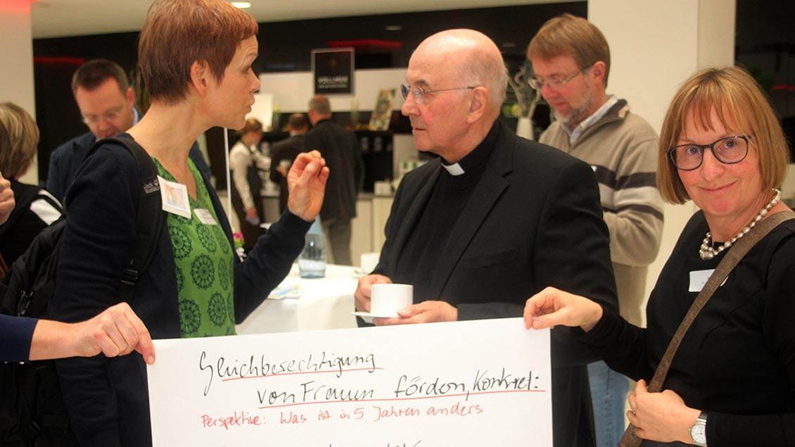 """Eine Teilnehmerin spricht mit Bischof Felix Genn über den Workshop """"Frauen in der Kirche."""""""