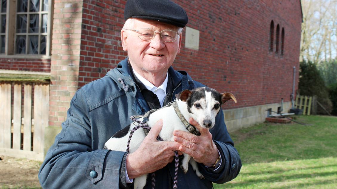 Pfarrer Hans Ludger und Wachhund Cindy.