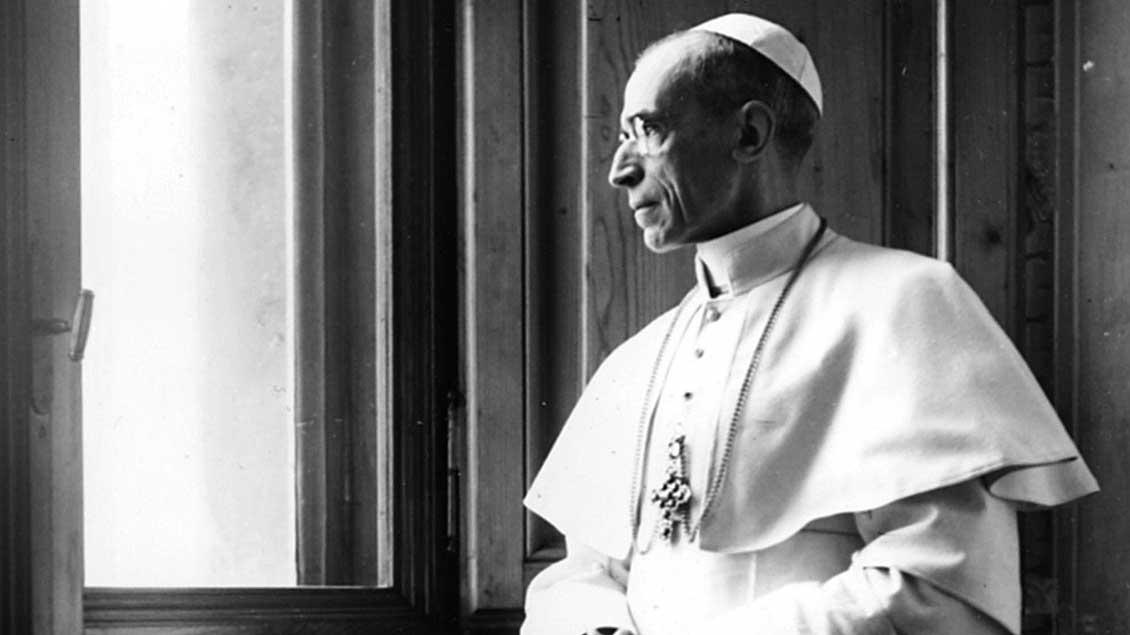 Papst Pius XII. (1939-1958) schaut aus einem Fenster.