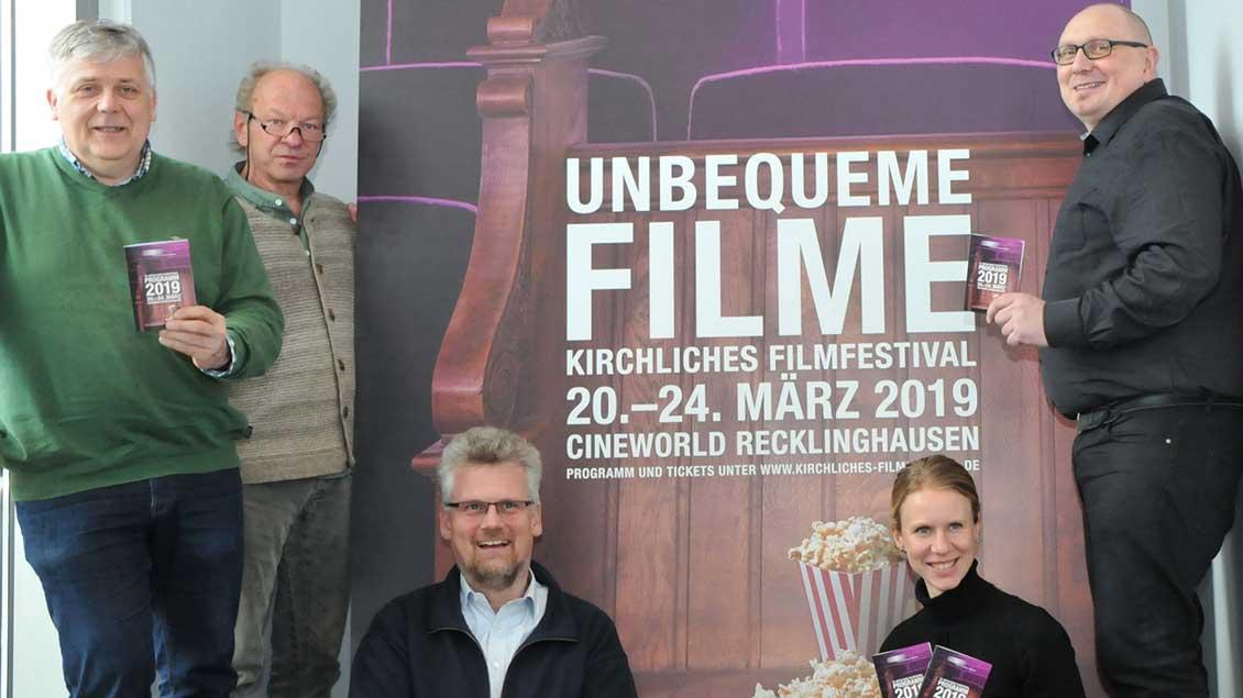 Die Veranstalter des kirchlichen Filmfestivals Recklinghausen mit dem Programmheft in der Hand.