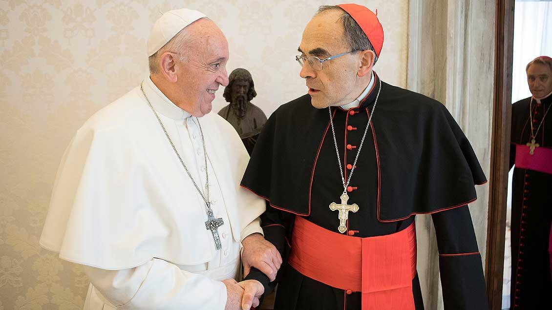 Papst Franziskus und Kardinal Barbarin