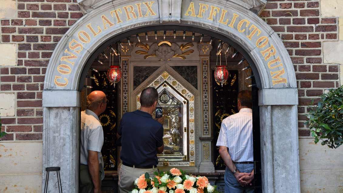 Pilger in der Gnadenkapelle