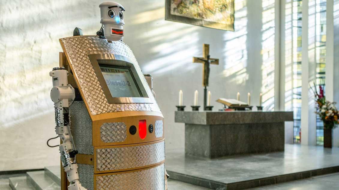 Ein Segensroboter in einer Kirche in Hamburg