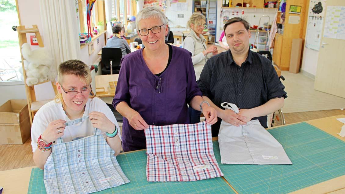 Das Team um Monika Budde fertigt aus alten Hemden einzigartige Einkaufstaschen.