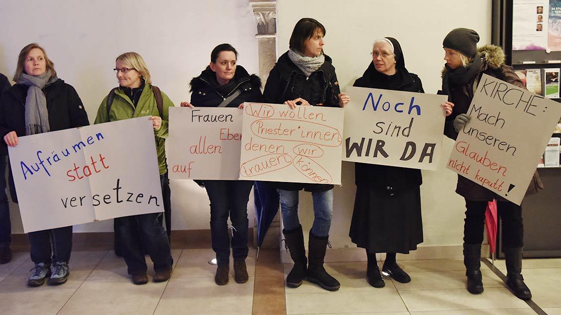 Protestierende Frauen in Lingen Foto: Michael Bönte