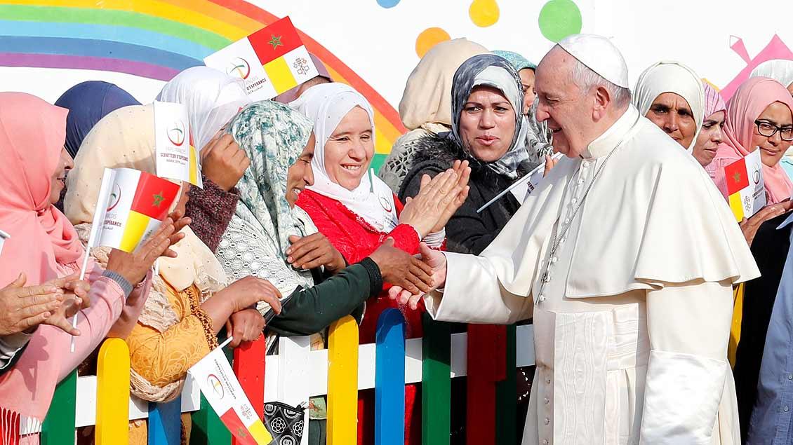 Papst Franziskus begegnet Menschen in einer katholischen Sozialeinrichtung in Marokko