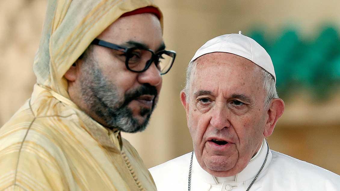 Marokkos König Mohammed (links) und Papst Franziskus im Gespräch