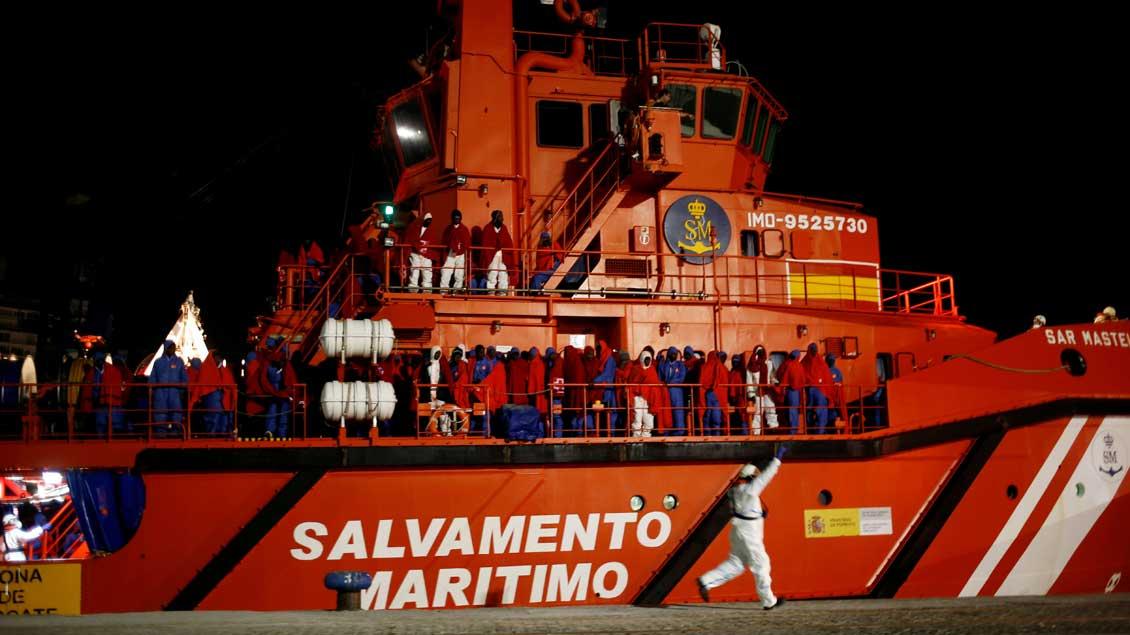 Ein Rettungsschiff voller Flüchtlinge im Hafen von Malaga in Spanien