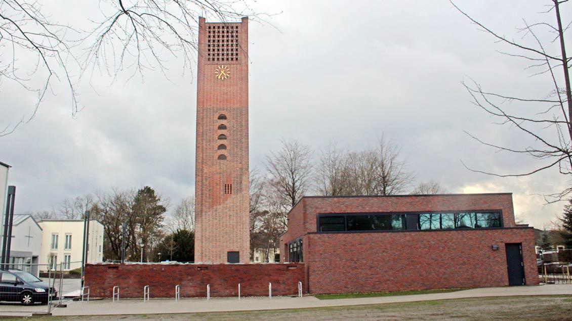 Blick auf den Backstein-Turm der ehemaligen St.-Josef-Kirche in Selm. Daneben das neue Jugendzentrum.