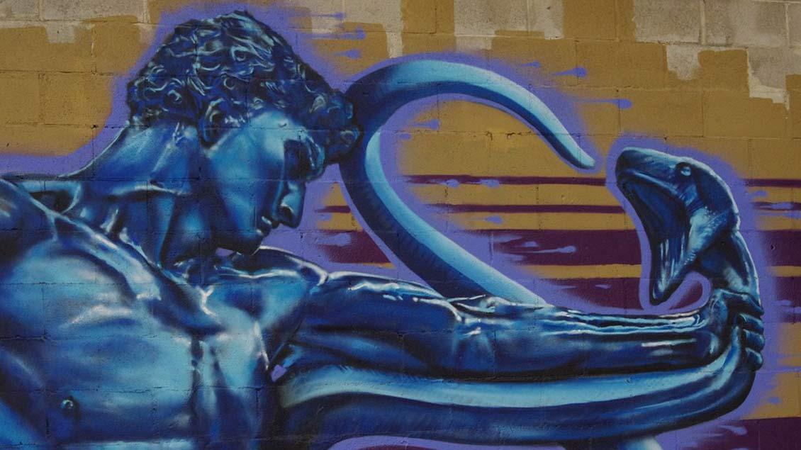 Versuchung: Mann mit Schlange auf Graffiti.