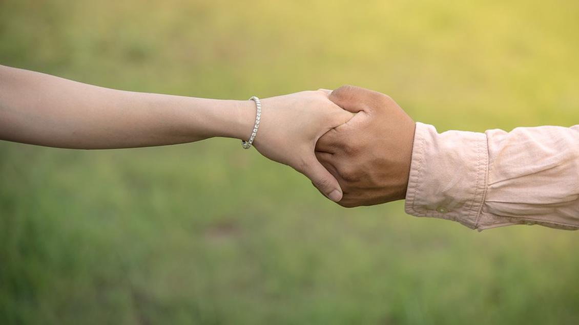 Zeichen der Liebe: Händchen halten