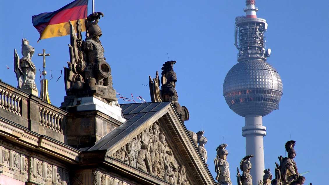 Bundestagsgebäude und Sendeturm in Berlin