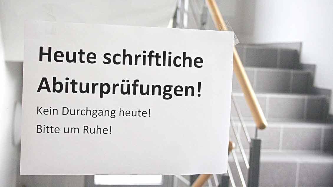 Ein Schild auf dem Flur bittet um Ruhe für die Abiturprüfungen.