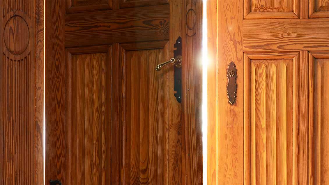 Licht scheint durch den Spalt einer halb geöffneten Tür. Foto: Michael Bönte