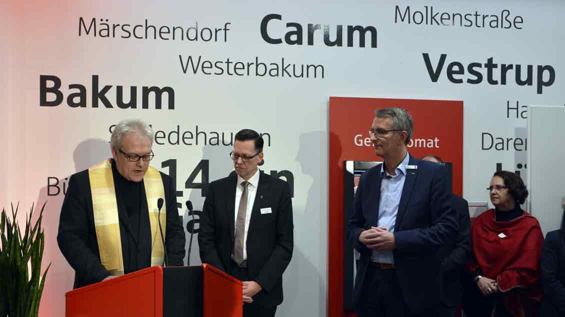 Pfarrer Bernhard Schmedes segnet in Bakum die Filiale der Sparkasse.