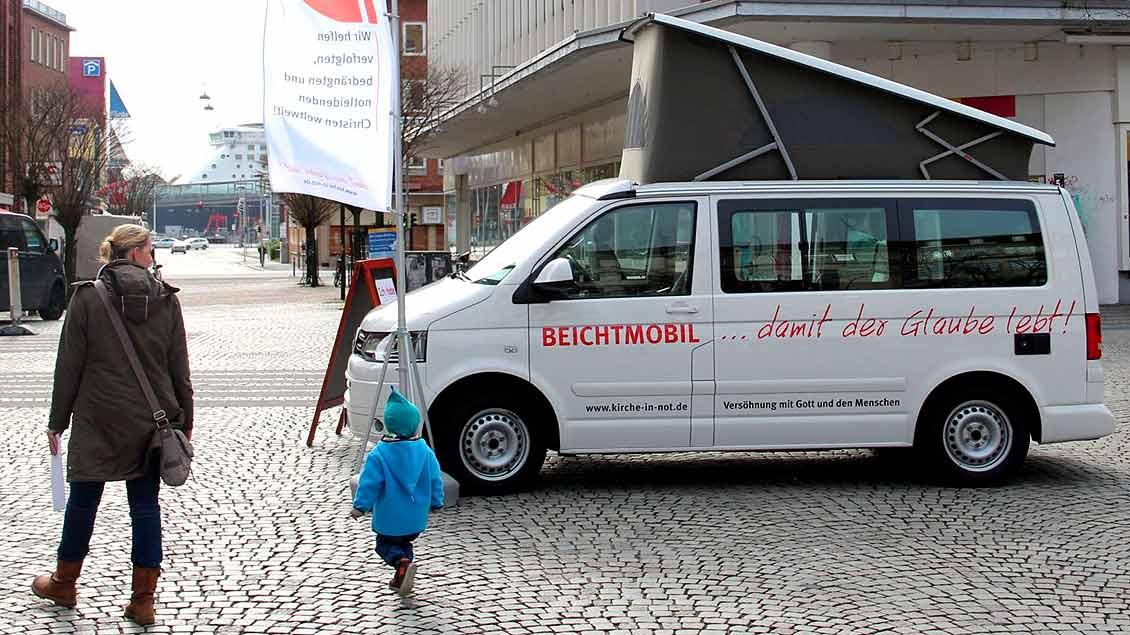 """Das Beichtmobil des Hilfswerks """"Kirche in Not"""" steht in einer Fußgängerzone."""