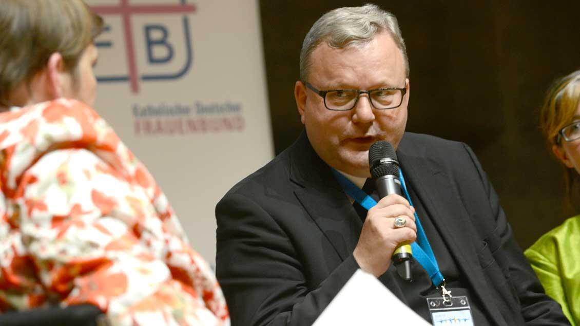 Bischof Franz-Josef Bode im Gespräch mit Frauen.