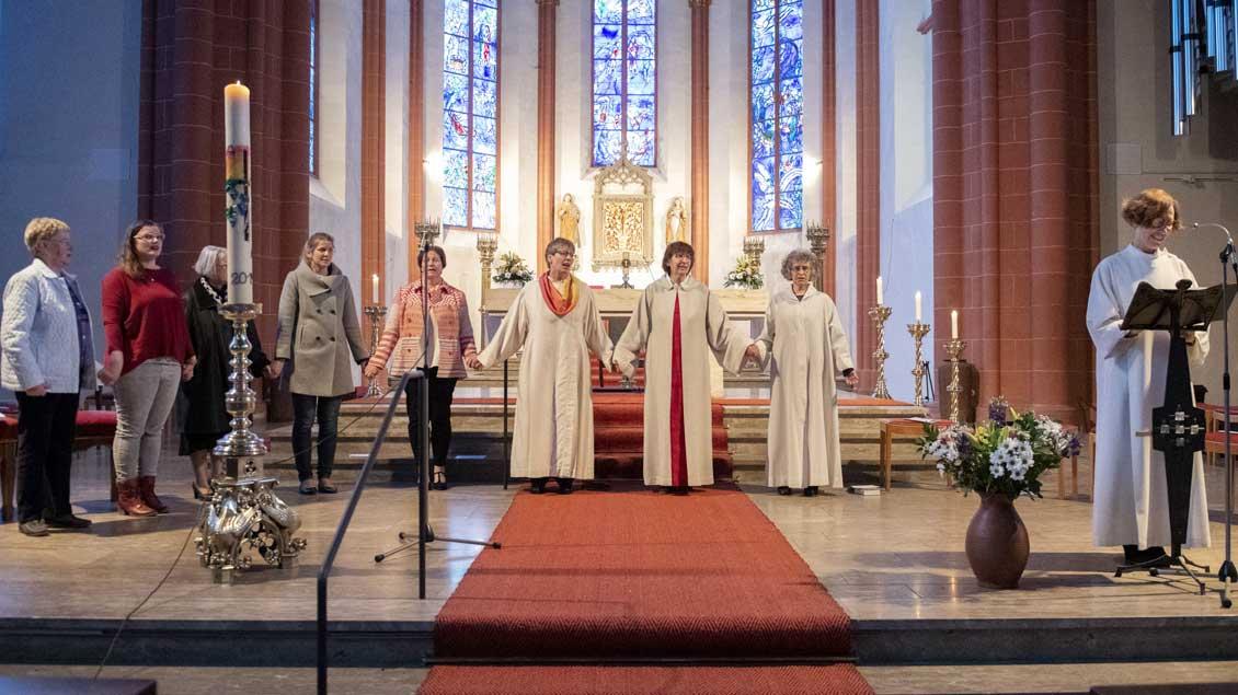 Frauen am Altar