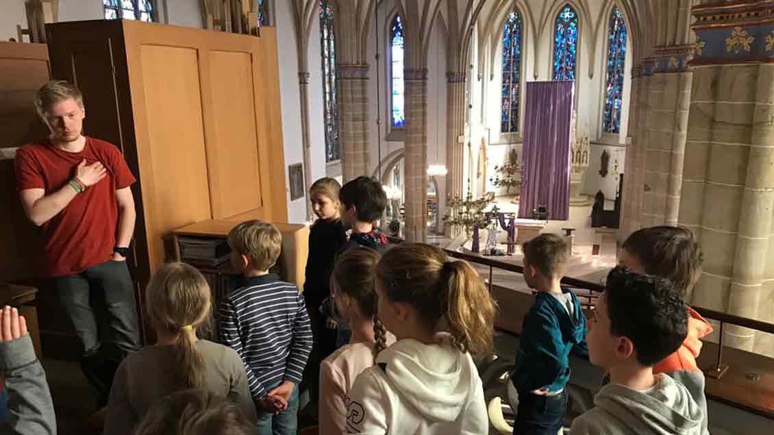 Kinder auf der Orgelbühne der Kirche in Dinklage