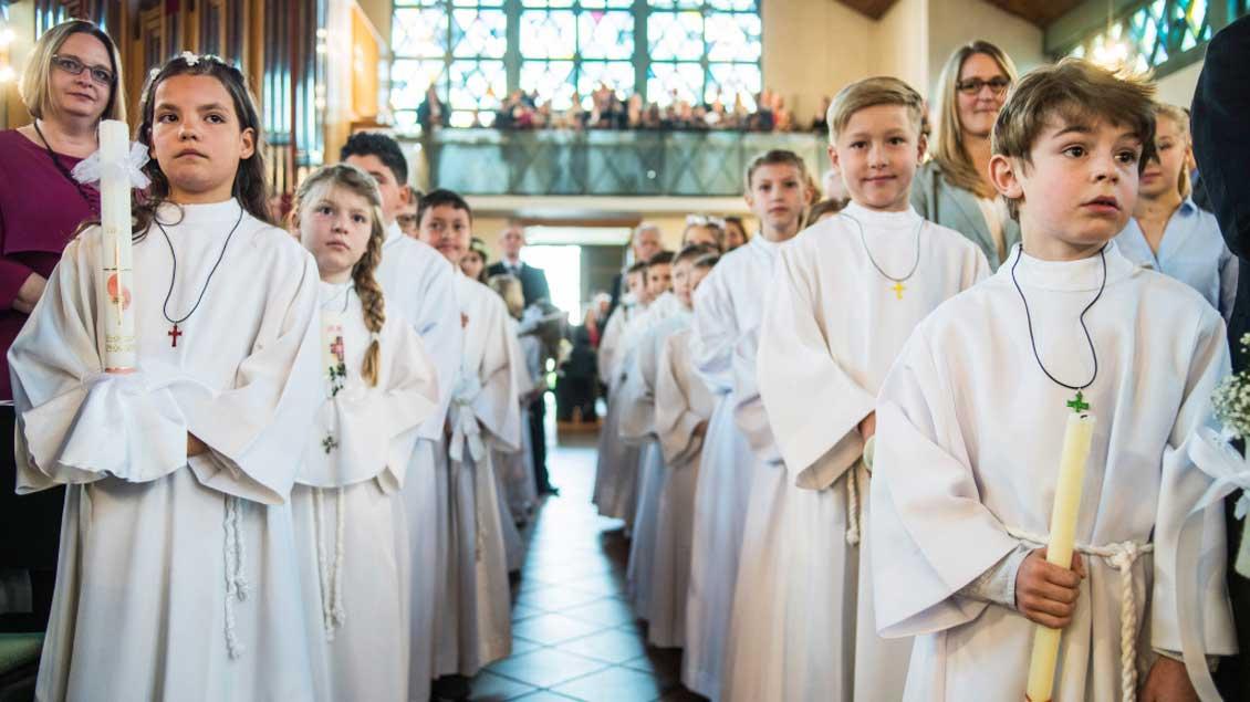 Erstkommunionkinder ziehen zu Beginn des Gottesdienstes in die Kirche ein Foto: Bert Bostelmann (KNA)