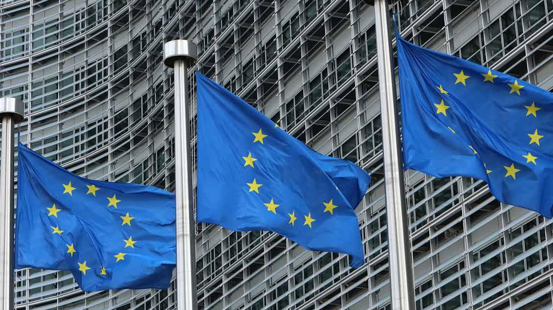 Europaflaggen vor einem EU-Gebäude