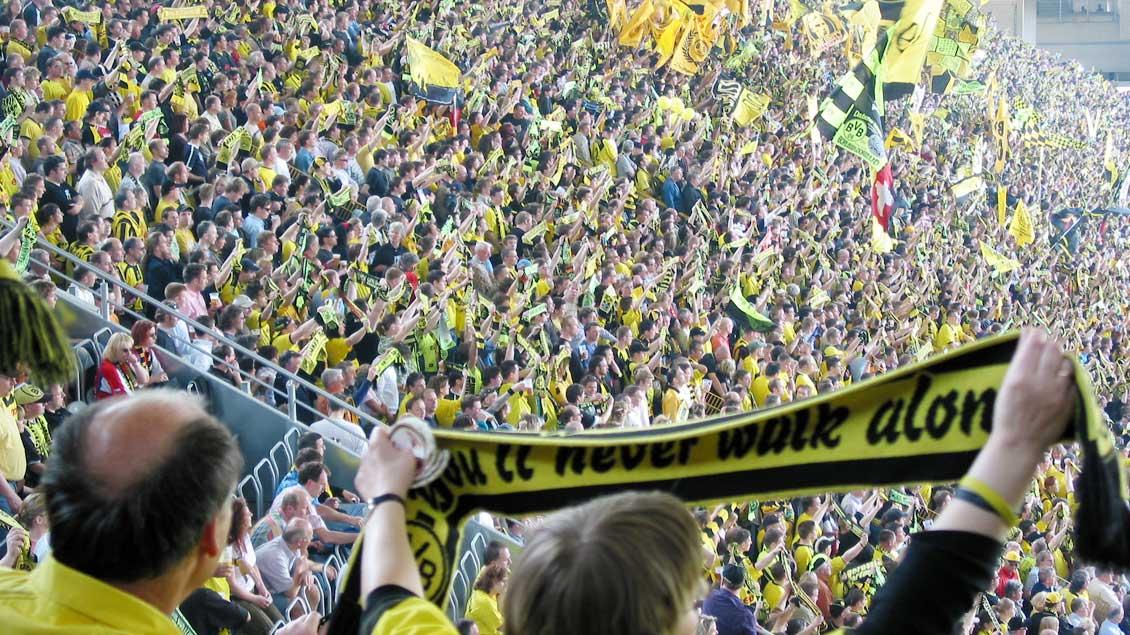 Dortmund-Fans im Fußballstadion.